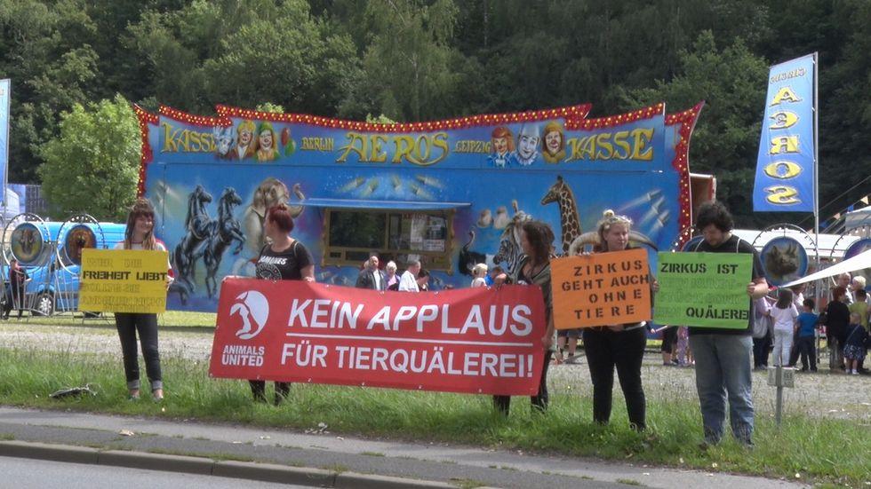 Kurz vor Vorstellungsbeginn demonstrierten die Tierschützer gegen deas Zirkus-Gastspiel. (c) Daniel Unger