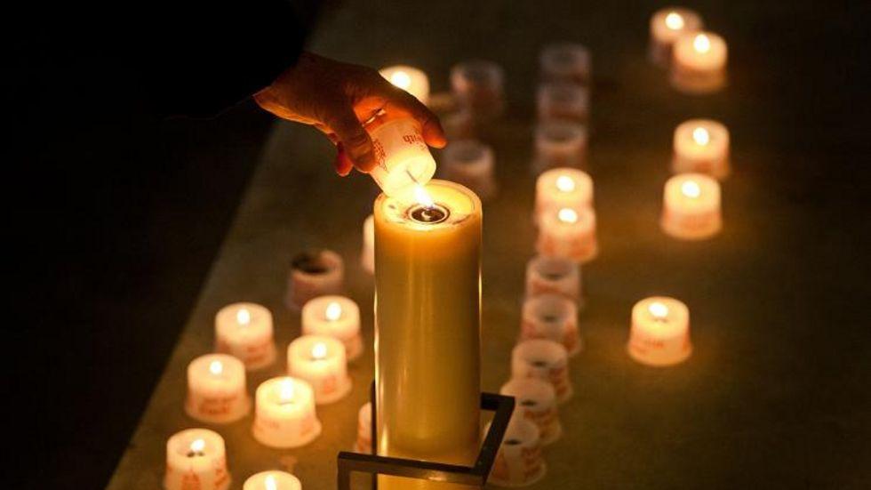 Tausende Kerzen brennen in und vor der Frauenkirche