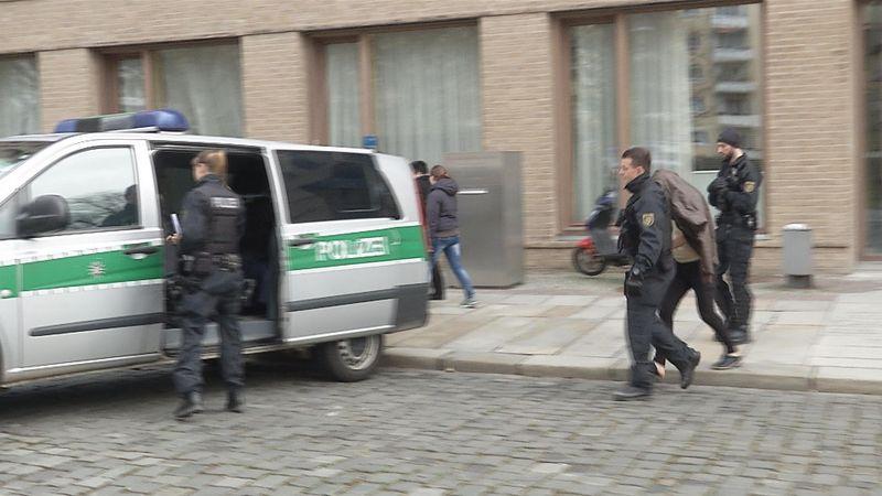 Einer der Tatverdächtigen nach Bestätigung des Haftbefehls am Dresdner Amtsgericht. (Foto: Blaulichtmeldung Mitteldeutschland)