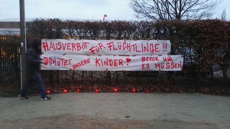Dieses Transparent wurde am Arnhold-Bad am Zaun befestigt.