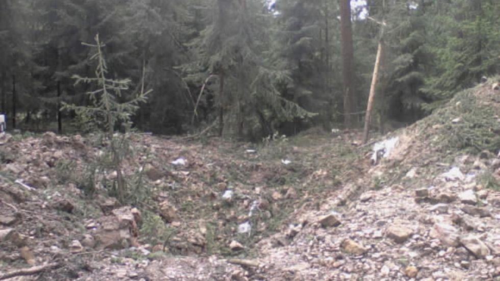 Am Antonsweg ist nach der Sprengung ein riesiger Krater. (Foto: Redaktion)