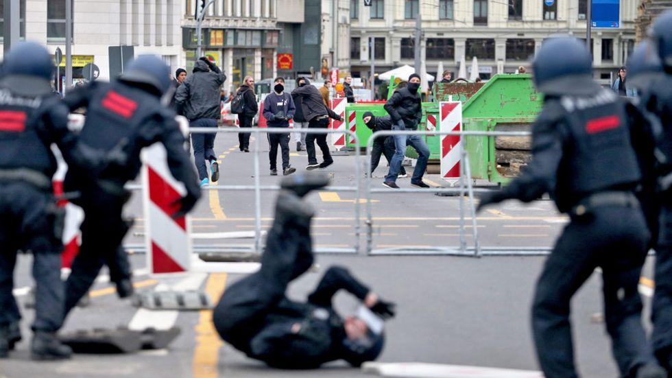 Am vergangenen Wochenende hatte es in Leipzig schwere Ausschreitungen gegeben. In Dresden sollen Demo-Züge nun offenbar verboten werden. (Foto: dpa)