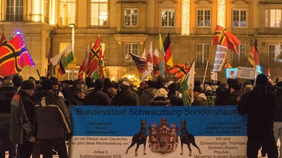 Pegida demonstrierte am Montag wieder am Altmarkt, Schüler wollten die Demo beobachten. (Foto: Archiv/dpa)