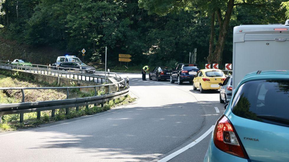 Langer Stau auf der B172 zwischen Königstein und Bad Schandau. Wer nicht in das Hochwassergebiet muss, wird zurück geschickt! Wartezeit fast eine Stunde.Viele Autofahrer mussten umdrehen.