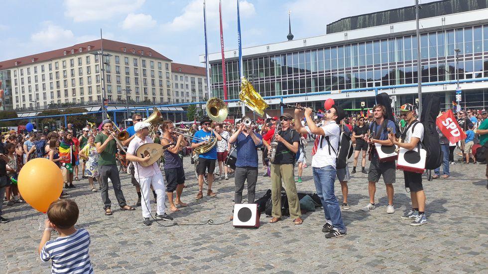 13:30 Uhr: Viele Musiker haben sich mit auf dem Altmarkt versammelt. Foto: Ulli Ludwig