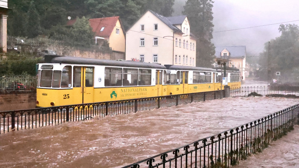 Die Kirnitzschtalbahn steht in Höhe Kirnitzschtalklinik unter Wasser