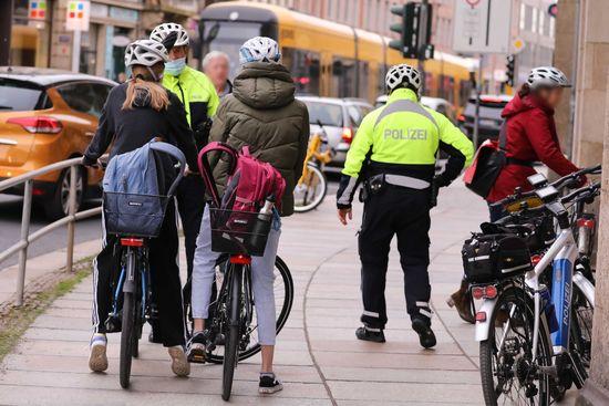 Kontrollen auf dem Fußweg am Schillerplatz