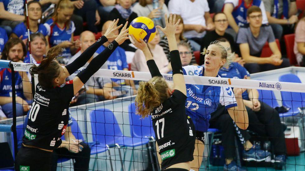 Die Dresdnerinnen Lena Stigrot und Camilla Weitzel beim Block gegen die Stuttgarterin Martina Samadan.