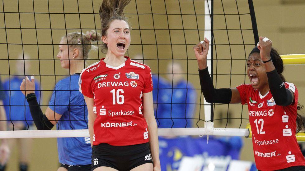 Madeleine Gates und Naya Crittenden freuen sich über den 3:0-Sieg in Wiesbaden