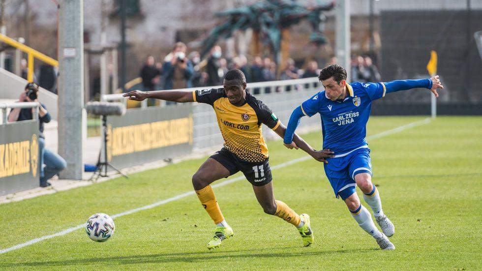 Dynamos Offensvispieler Agyemang Diawusie im Zweikampf gegen Jenas Lucas Stauffer