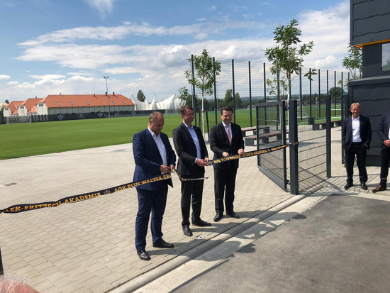 Dresdens Oberbürgermeister Dirk Hilbert, Sachsens Innenminister Roland Wöller und Dynamo-Präsident Holger Scholze eröffnen das neue Trainingszentrum.
