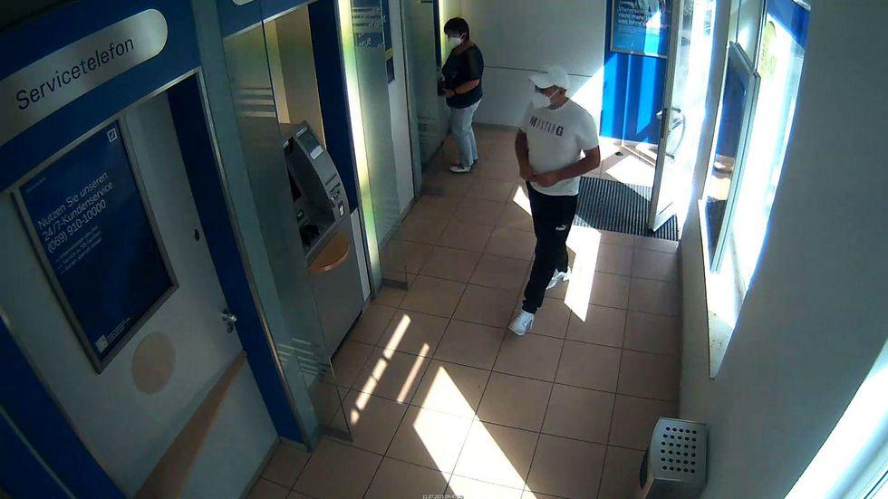 Der Unbekannte soll am 12. Juli in einer Bank an der Pulsnitzer Straße in Radeberg mit der EC-Karte einer 92-Jährigen unberechtigt Geld abgehoben haben.