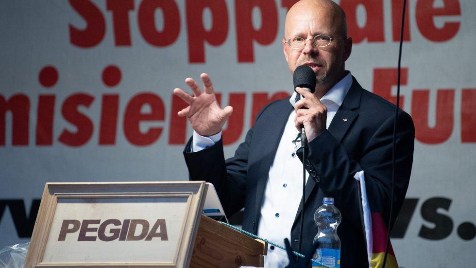 Andreas Kalbitz, früherer Vorsitzender der AfD Brandenburg, spricht während einer Kundgebung der Pegida-Bewegung auf dem Altmarkt.