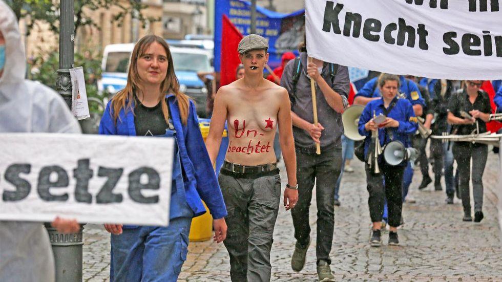 1. Schauplatz Innenstadt: Demonstranten laufen zum Gericht