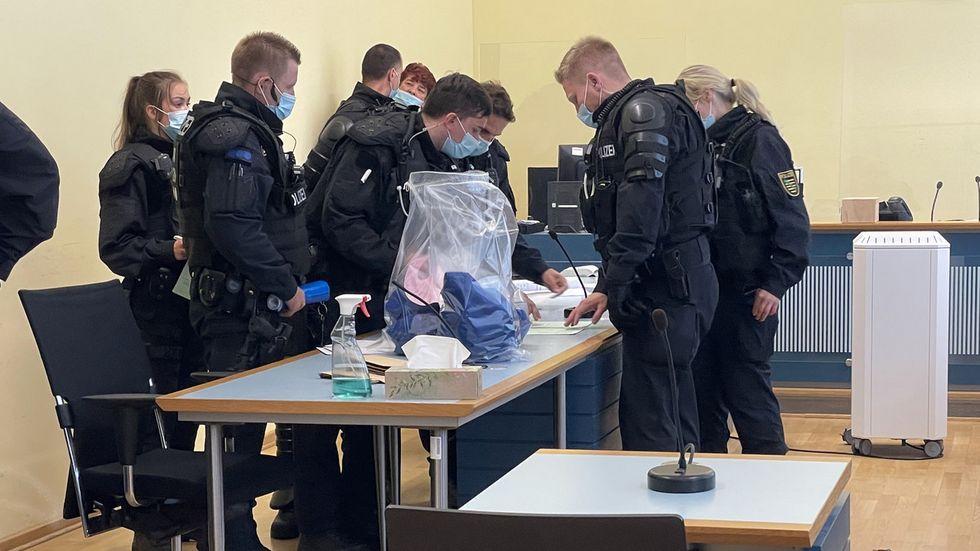 2. Schauplatz Gericht: Die Polizei beschlagnahmt die FDJ-Hemden.