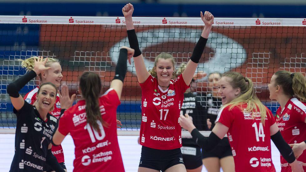 Camilla Weitzel freut sich mit ihren Teamkolleginnen über den Einzug ins Halbfinale (Symbolbild)