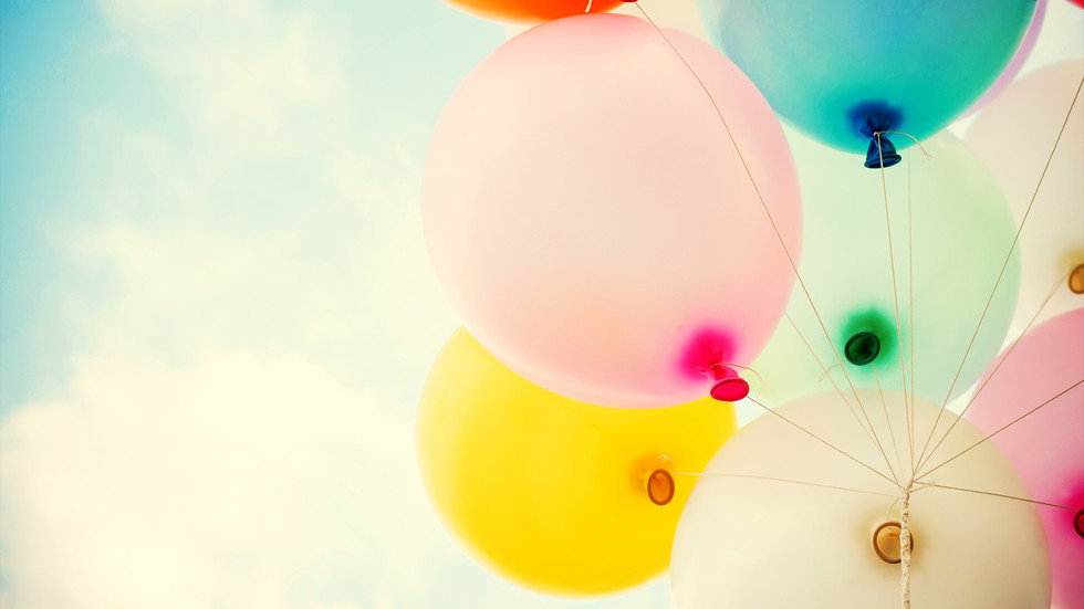 bunte Luftballons im Sonnenlicht