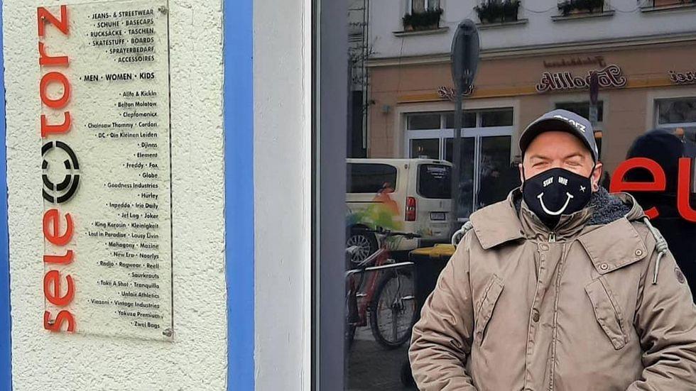 """Jan Dingfelder vor seinen symbolisch """"trauernden"""" schwarzen Schaufenstern in Großenhain"""