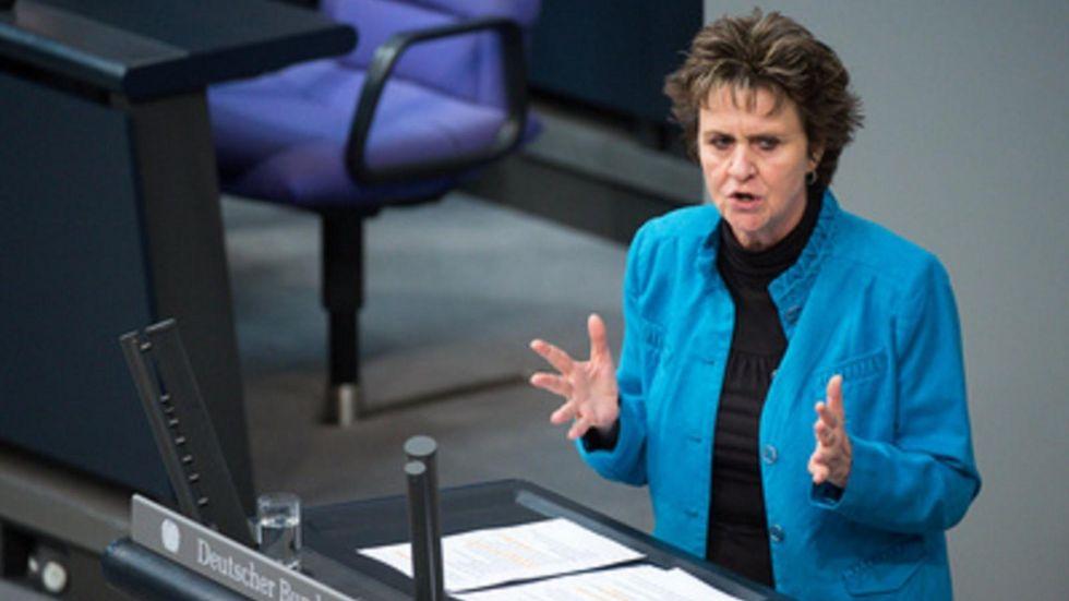 Sabine Zimmermann spricht im Bundestag.© Bernd von Jutrcenka/ dpa