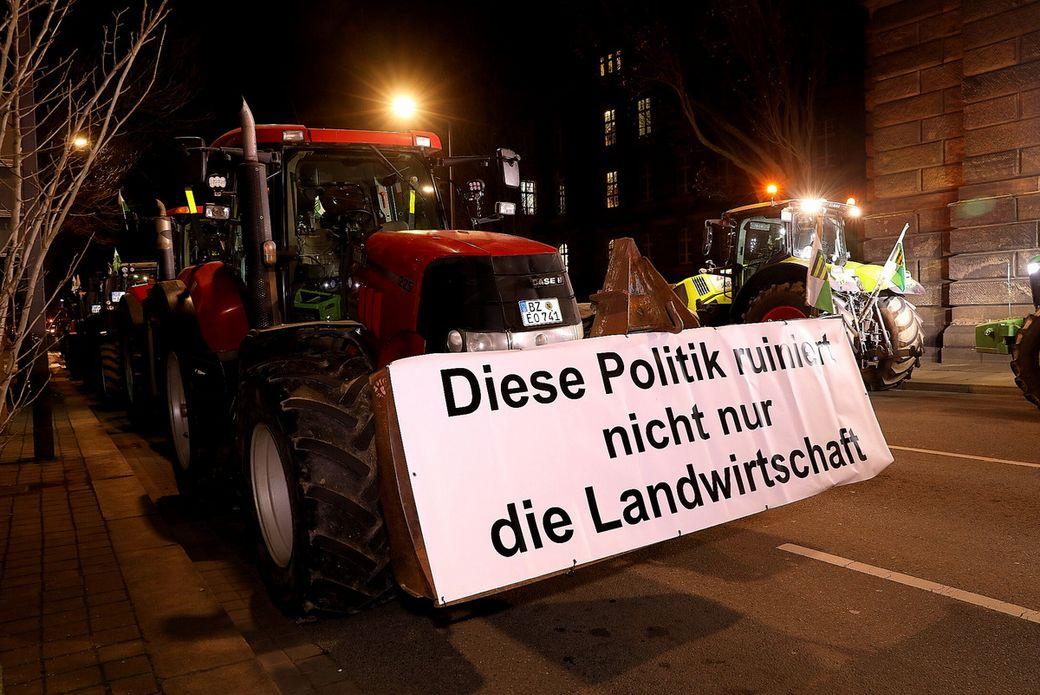 Mit großen Bannern wollen die Bauern ihrem Unmut Ausdruck verleihen. (Foto: Tino Plunert)