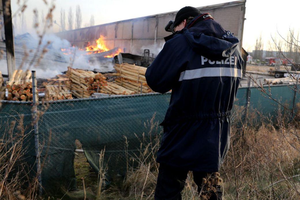 Offenbar wurde ein Loch in den Zaun geschnitten, die Polizei sicherte dort Spuren. (Fotos: Tino Plunert/Blaulichtmeldung Mitteldeutschland)