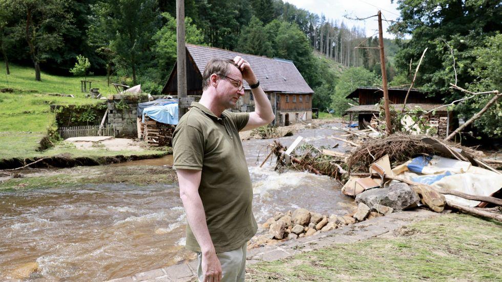 Innenminister Roland Wöller macht sich ein Bild von der Flut in Krippen an der Schinke-Mühle