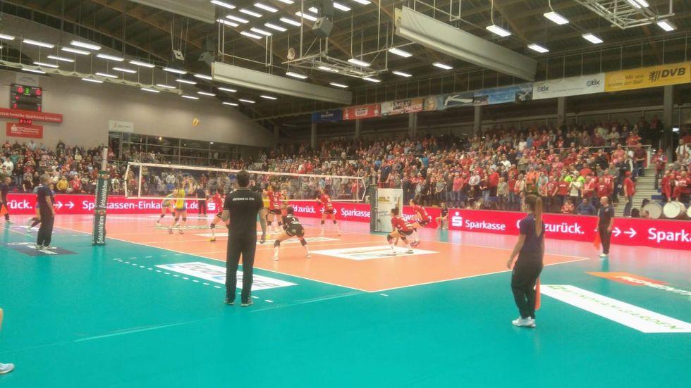 Die DSC-Volleyballerinnen haben das Spitzenspiel in der Volleyballbundesliga gegen Schwerin mit 1:3 verloren.