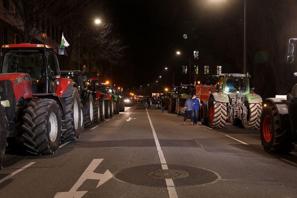Vor der Staatskanzlei stehen dutzende Landmaschinen (Foto: Tino Plunert)