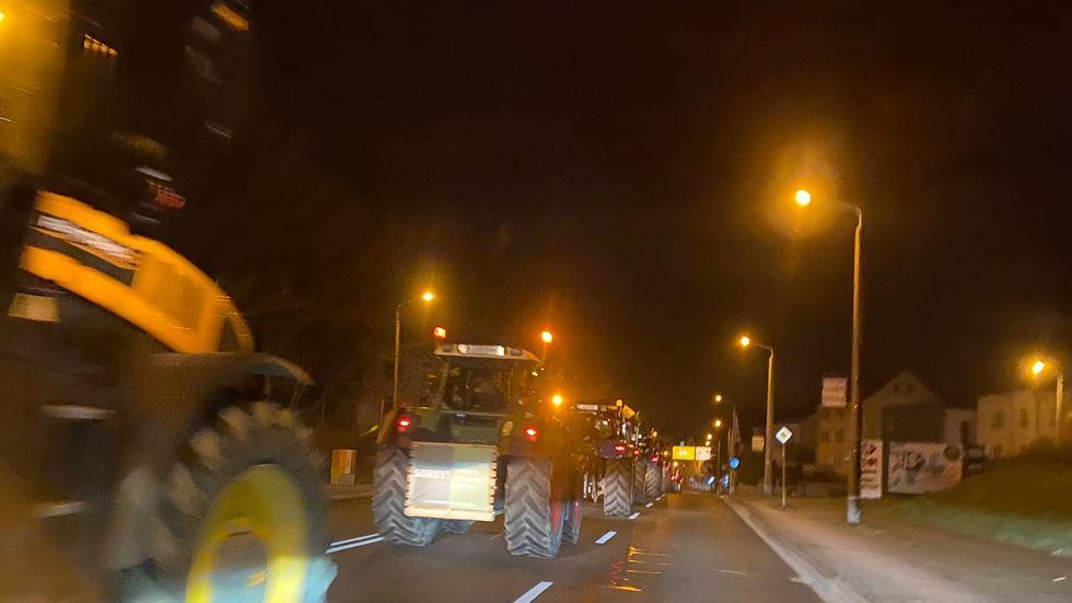 Traktoren rollen am Freitamorgen durch Cossebaude. Foto: Redaktion/AM