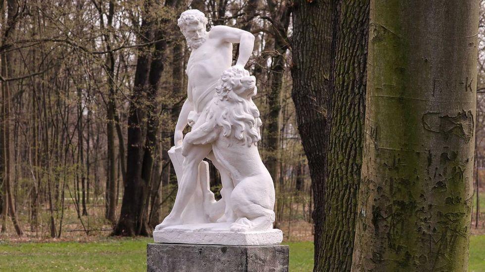 """20210408-Dresden- Kunstmarmorabguss """"Milon von Kroton"""" steht im Großen Garten an alter Stelle."""