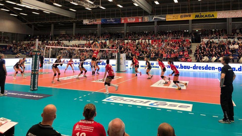 Die DSC-Volleyballerinnen gewinnen ihr erstes Bundesligaheimspiel klar mit 3.0 gegen Erfurt.