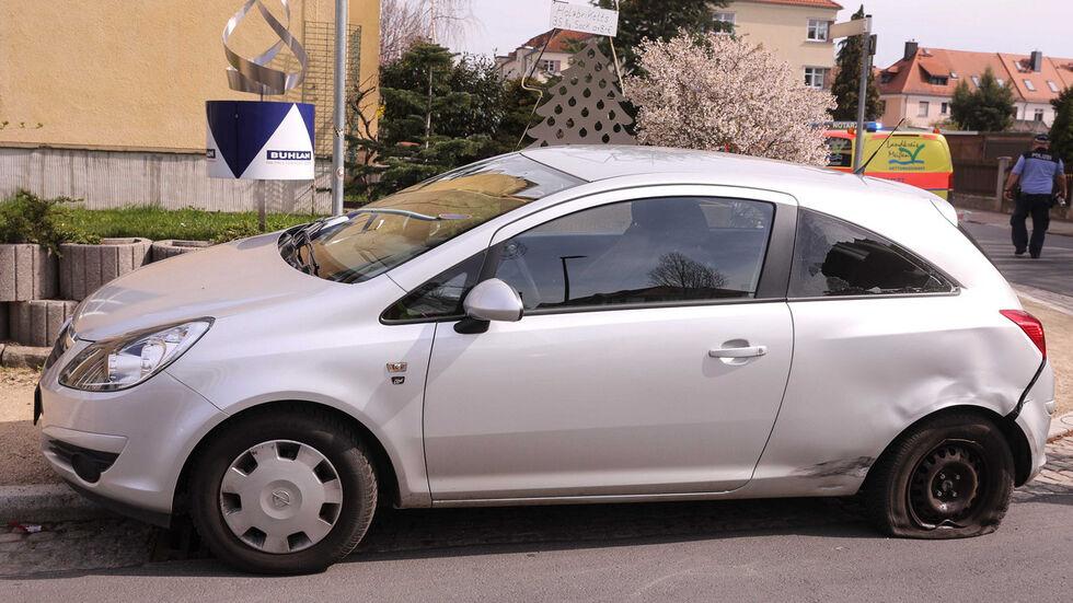 Opel mit Schäden am Heck