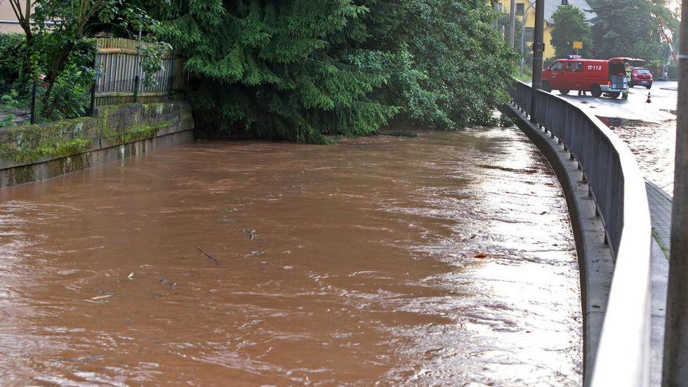 Der Lungwitzbach hat in Oberlungwitz die B 180 überflutet. Die Bundesstraße musste vorübergehend gesperrt werden.