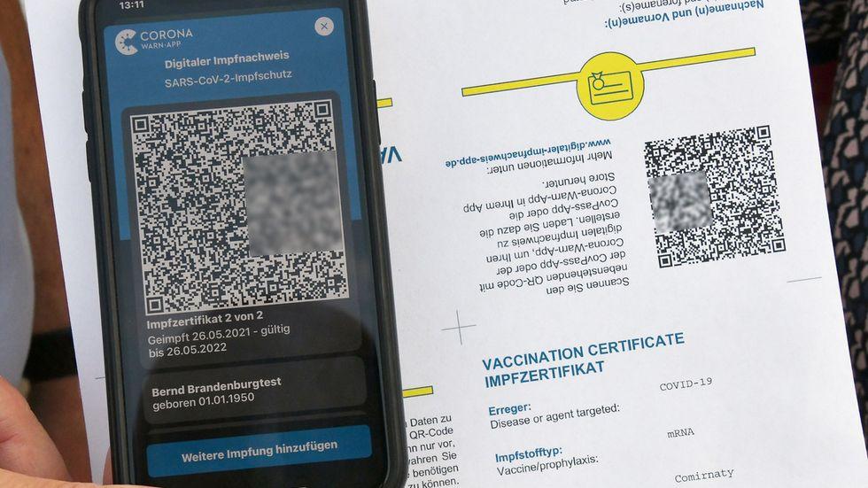 Demo-Version des digitalen Impfpasses und QR-Code auf Papier zum Einscannen