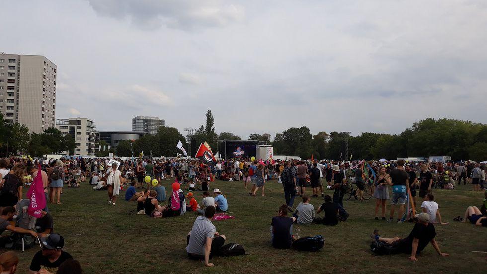 17:00 Uhr: Auf dem Gelände haben sich, laut Veranstalter, mittlerweile rund 35.000 Menschen versammelt. Foto: Ulli Ludwig