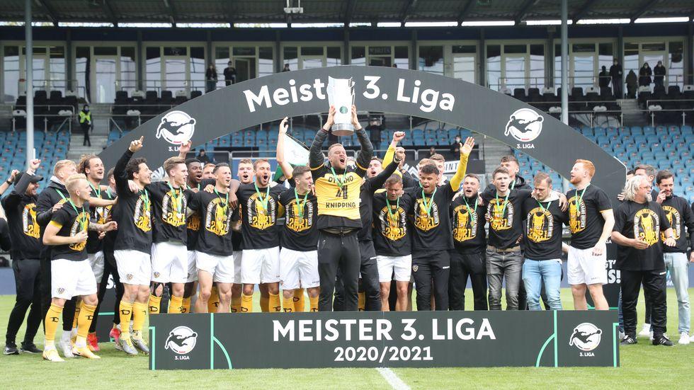 Kapitän Sebastian Mai streckt den Pokal für die Drittliga-Meisterschaft in die Höhe