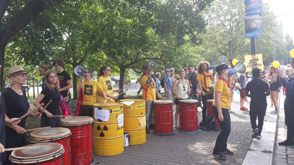 14:45 Uhr: Einige Trommler haben sich auf der Wigardstraße versammelt. Foto: Ulli Ludwig
