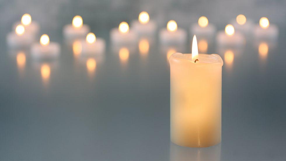 Lichtermeer, Kerze im Vordergrund