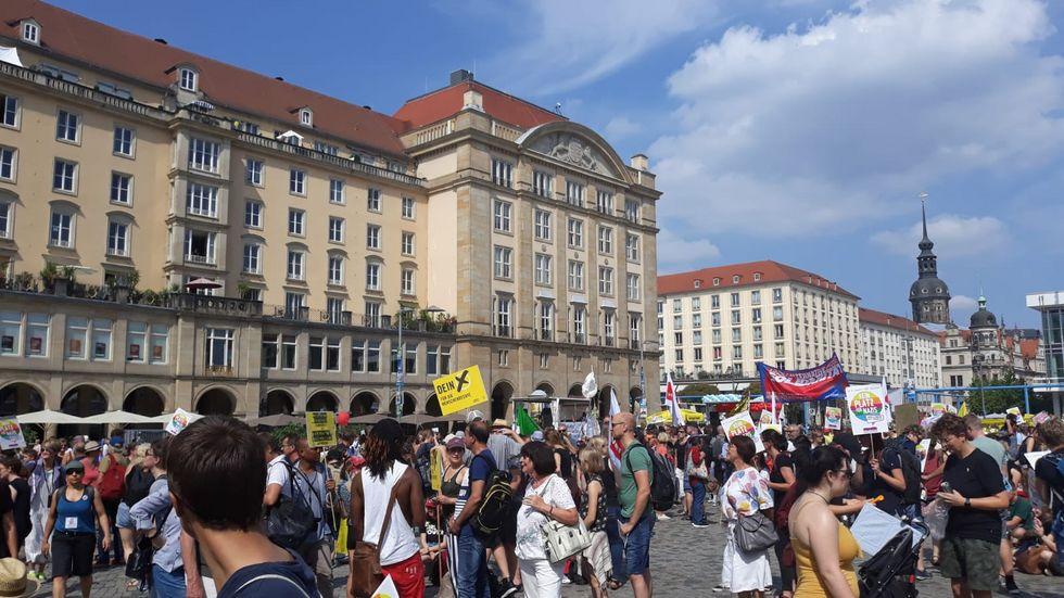 12:30 Uhr: Der Altmarkt füllt sich zur Auftaktkundgebung. Foto: Ulli Ludwig