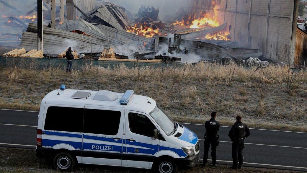Die Halle des Holzfachhandels wurde zerstört. (Fotos: Tino Plunert/Blaulichtmeldung Mitteldeutschland)