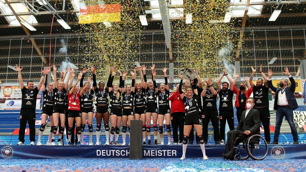 Die Volleyballerinnen des Dresdner SC feiern ihre sechste Meisterschaft in der Bundesliga