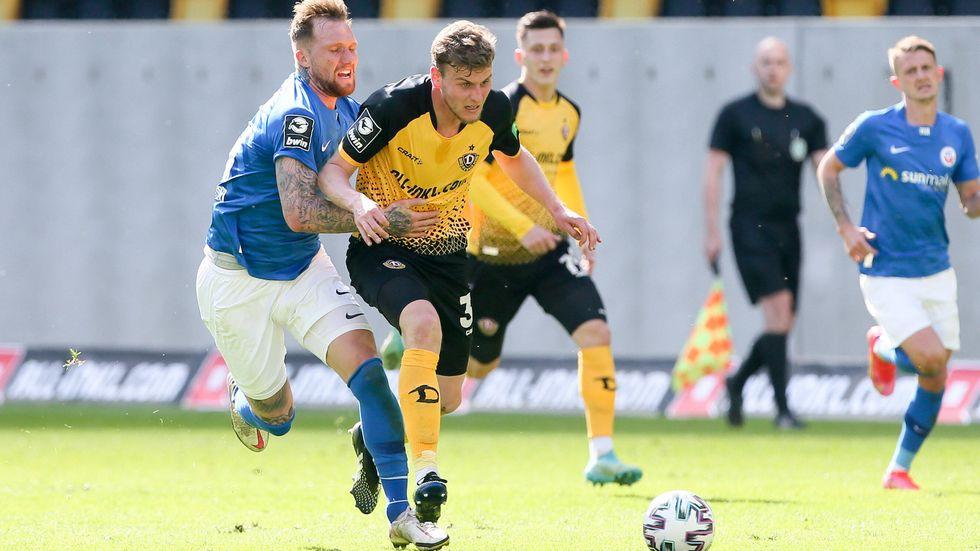 Christoph Daferner im Zweikampf gegen Rostocks Jan Löhmannsröben