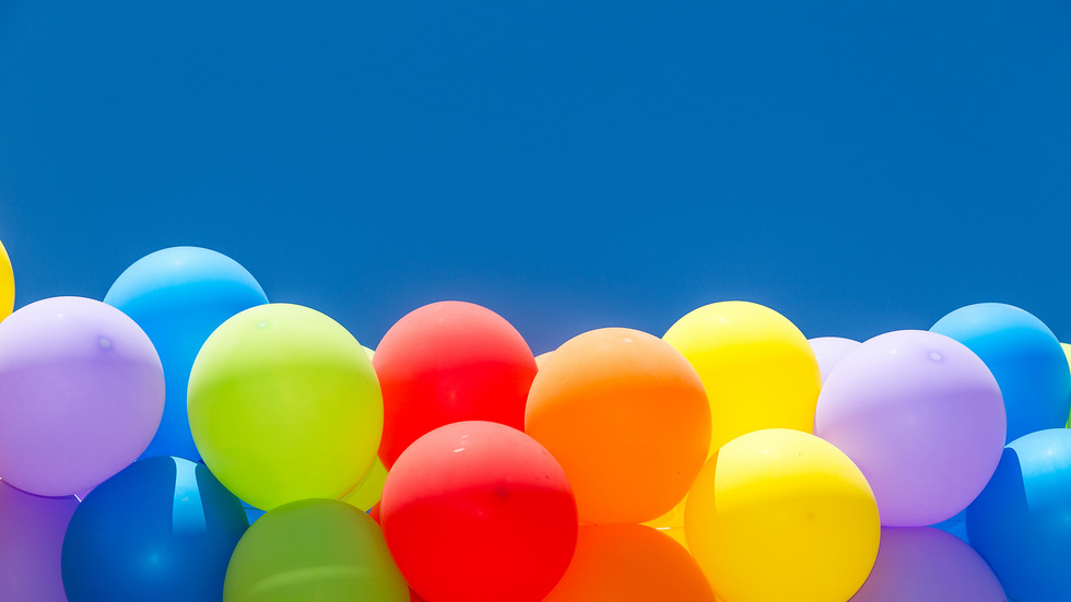bunte Luftballons und blauer Himmel