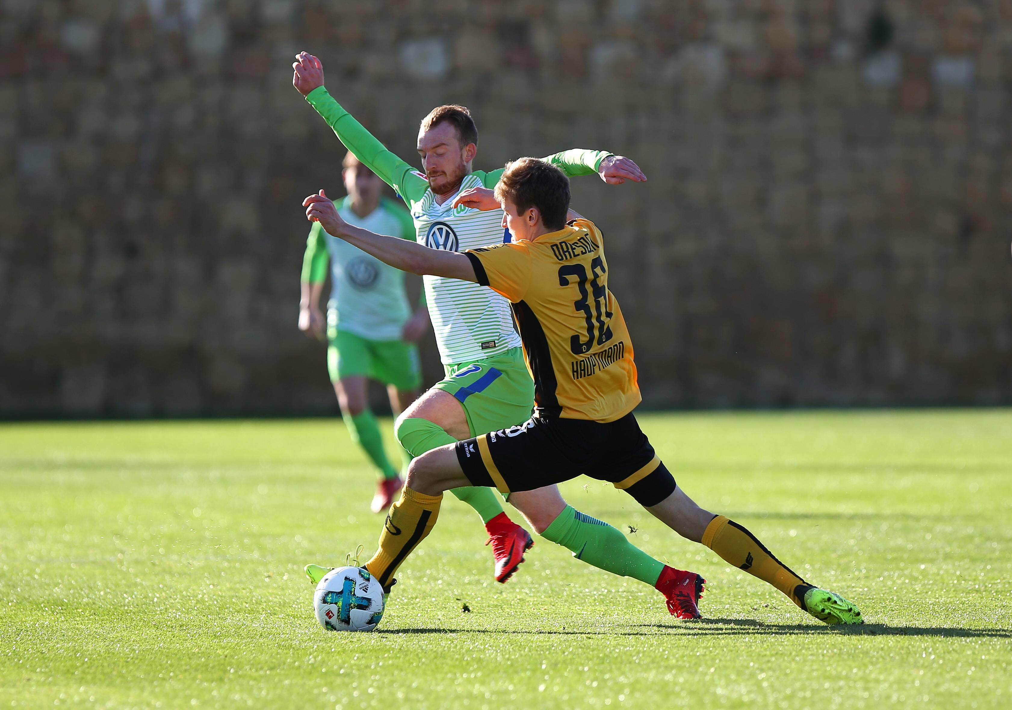 Wolfsburg Maximilian Arnold im Zweikampf mit Dynamos Mittelfeldspieler Niklas Hauptmann (Foto: (c): imago/regios24